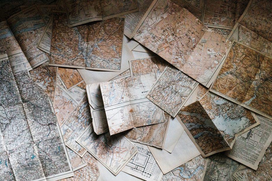 Masse kart på et bord